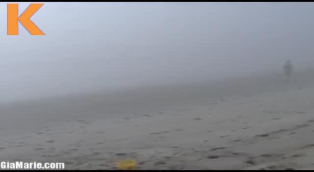 Suge pula unui strain pe plaja