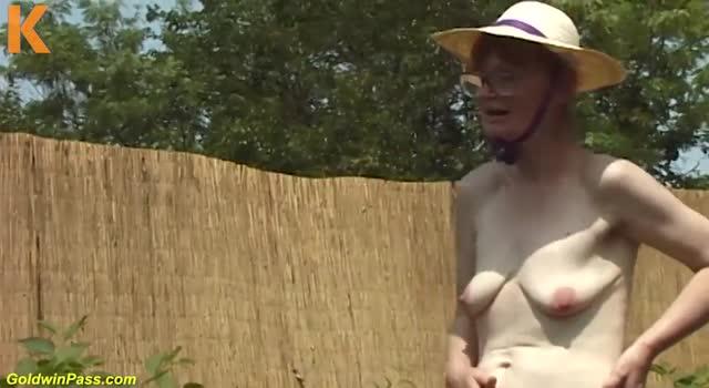 Baba de 80 de ani pe camp