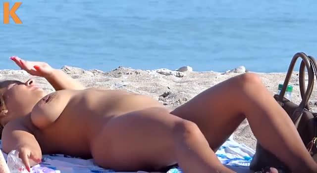Tinere la plaja pentru nudisti din 2 Mai