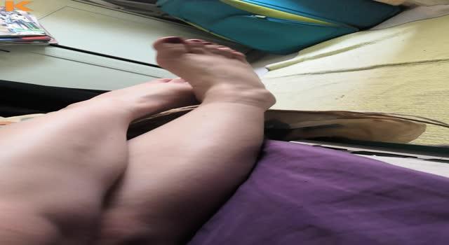 Se masturbeaza singura
