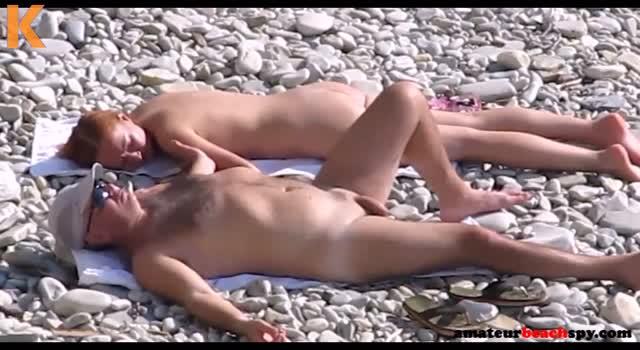 Isi imparte sotia pe plaja de nudisti