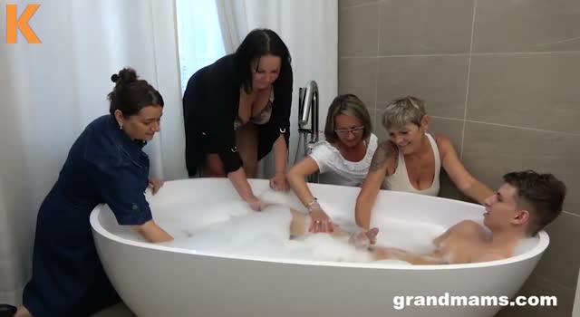 Mature intra in baie peste un baiat